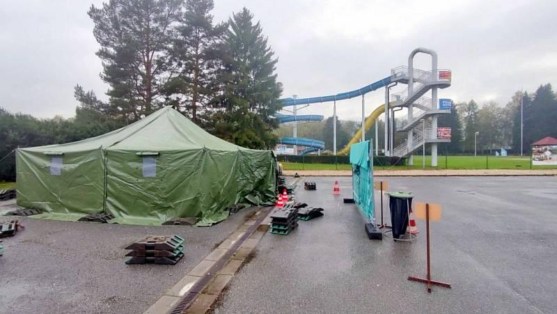 V Ústí nad Orlicí mohou lidé v karanténě volit na parkovišti u letního aquaparku.