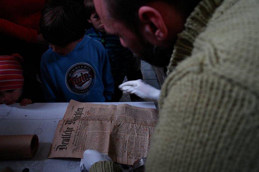 Vyzvednutí tubusů, které byly nalezeny při opravě v Heřmanicích u Králík.