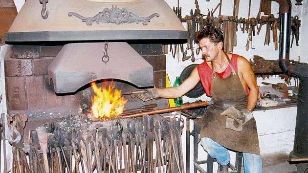 František Bečka ve své kovárně.