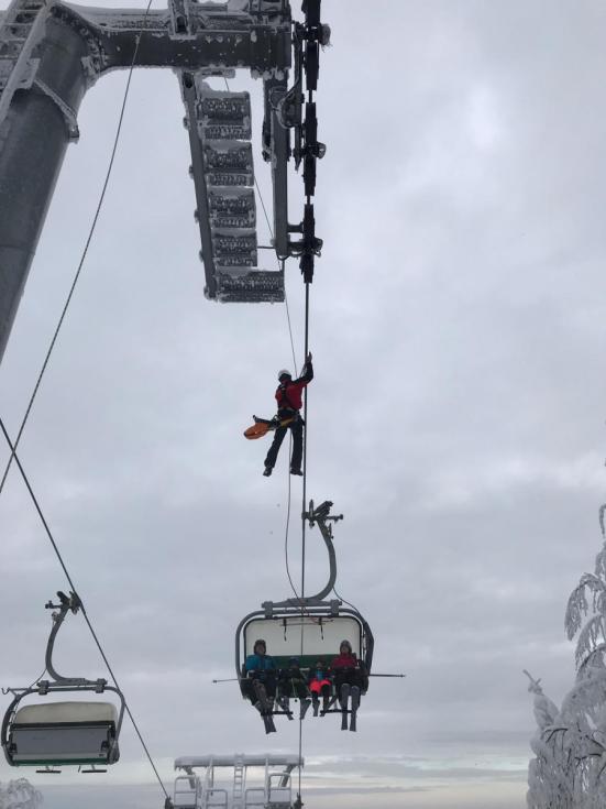 Záchrana lyžařů uvězněných na lanovce ve skiareálu na Bukové hoře