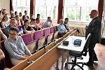Studenti obchodní akademie s odborníkem prolétli světem financí