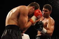 Zápas Miguel Velozo (CZE - P) vs. Dmitriy Ananyev (UKR - L). Boxerský turnaj Night of Heroes VII v brněnském Boby centru.