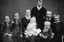 Soustružník Emanuel Karger s manželkou Kateřinou z Žižkovy ulice čp. 372 a dětmi. Zcela nahoře syn Emanuel ml., budoucí obchodník a podnikatel.