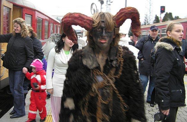 Mikuláš, andělé i čerti ve vlaku.