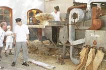 Mlácení obilí na strojní mlátičce vždy poutá velkou pozornost návštěvníků.