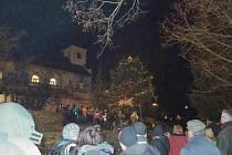 Rozsvícení vánočního stromu ve Skuhrově.