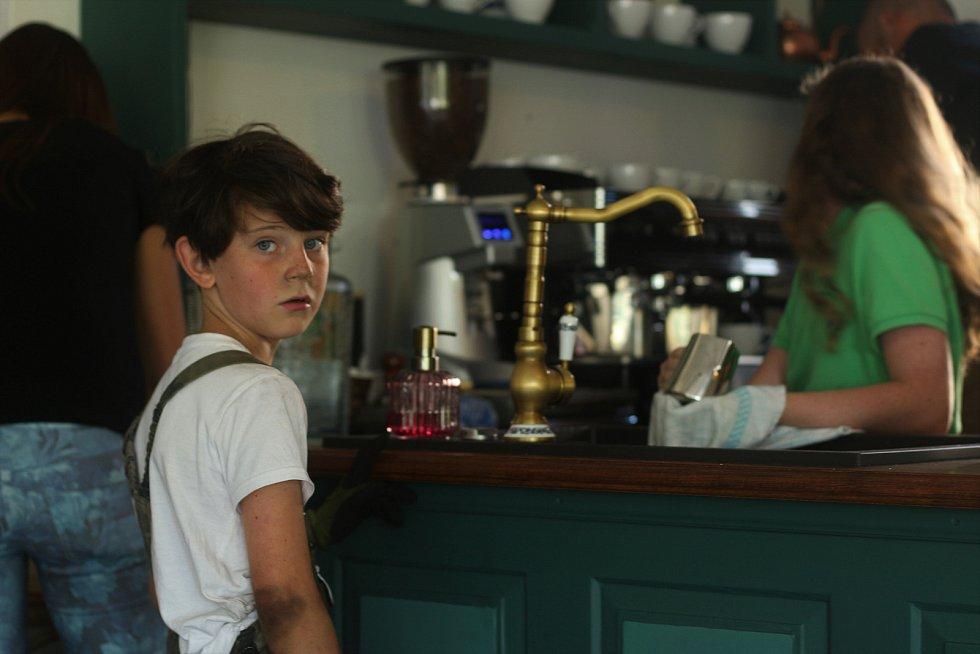 Nejmladší z dobrovolníků v kavárně