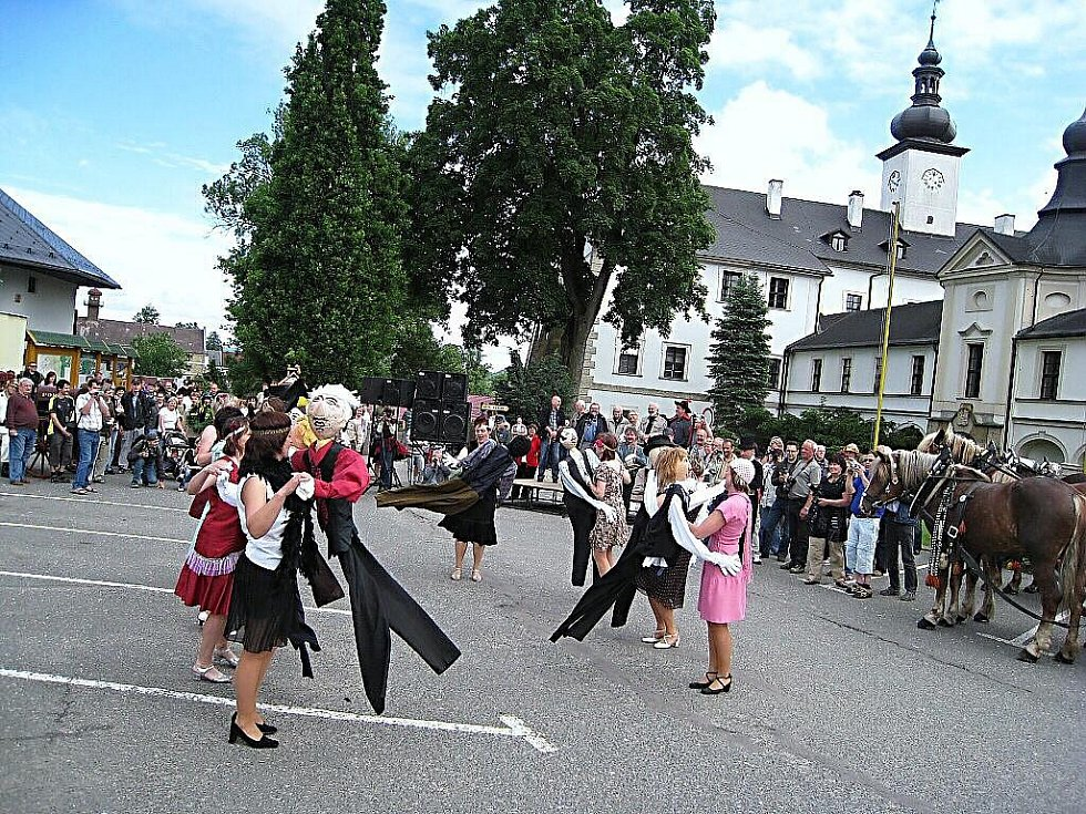 Za účasti členů Divadla Járy Cimrmana byla otevřena Mistrova světnička v Letohradě.
