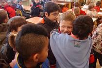 Odpočinkové místo před školou žáci využívají  (Ilustrační fotografie).
