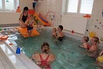 Plavání kojenců a batolat v Centru pro matku a dítě při Vysokomýtské nemocnici.