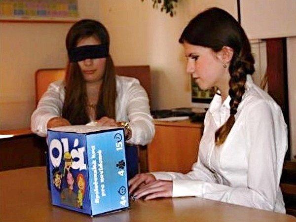 """Spolužačky Lucie Částková  (vlevo) a nevidomá Michaela Moravcová předvádějí, jak hrát jejich  hru """"Olá""""."""
