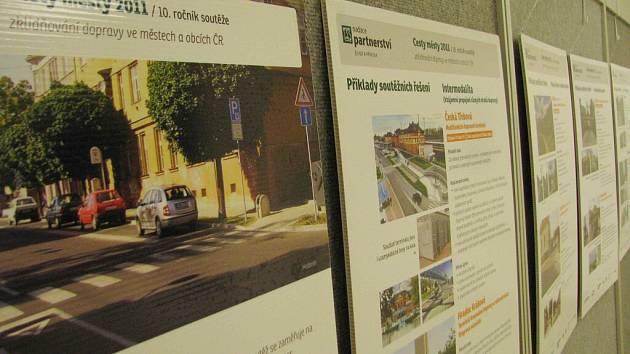 Doprovodná výstava v Kulturním centru představuje některé soutěžní projekty.