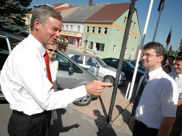 Richard Graber (vlevo), velvyslanec USA v České republice, při příjezdu do Žamberka. Přivítal ho starosta města Tomáš Kalous