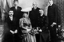 Na snímku jsou Aloisie Matyášová, dcera carského kapelníka a třebovského rodáka Antonína Matyáše a její nastávající – pan Procházka. Nahoře zleva: Vilém Matyáš (bratr nevěsty), učitel a zakladatel muzea  Jan Tykač  a druhý bratr nevěsty Mikuláš Matyáš.