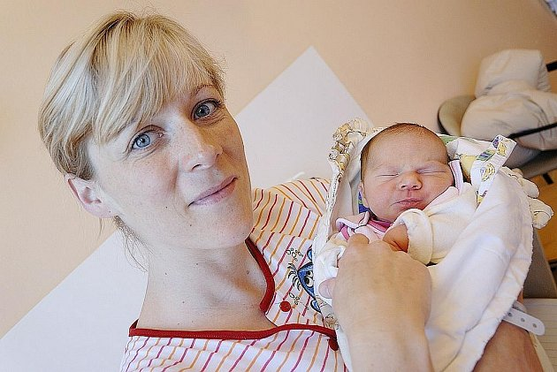 Amálie Studená bude doma s rodiči Markétou a Michalem v Rychnově nad Kněžnou. Svět spatřila 27. června ve 22.20 hodin, kdy jí navážili 2,97 kg.