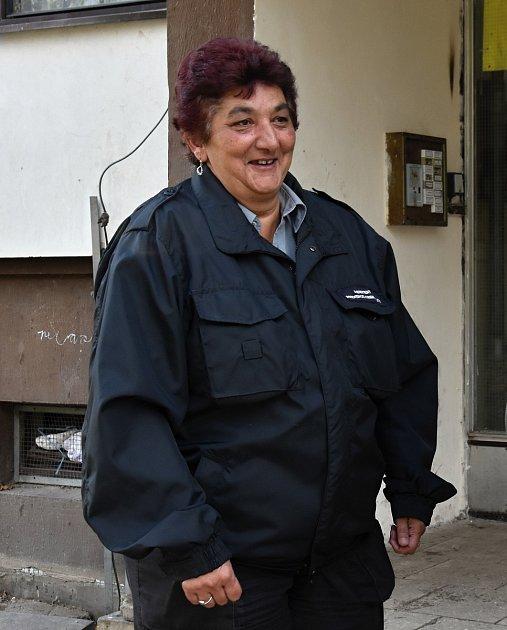 Jako asistentka prevence kriminality obléká uniformu Helena Bilá vČeské Třebové.