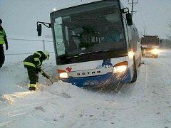 V zapadlém autobusu uvízli cestující, pomoci museli hasiči