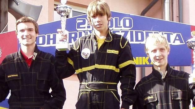 Michal Voleský (na snímku uprostřed) o víkendu ukázal, že je  mezi minikáristy v kategorii M3 špička, když své soupeře porazil rozdílem třídy.