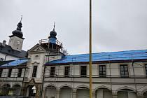 Část střechy letohradského zámku dostane novou krytinu.