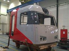 Kabina lokomotivy 2M62U při montáži v jihlavském závodě.