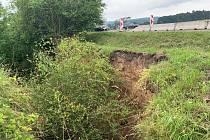 Na silnici II/316 nedaleko obce Běstovice ve směru na Skořenice došlo k razantnímu sesuvu půdy. Silnici kvůli vysokému riziku dalšího možného sesuvu bylo nutné uzavřít.