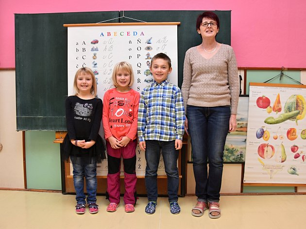 Žáci ze Základní školy Verměřovice spaní učitelkou Zorou Dvořákovou.