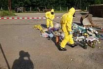 Pracovníci z firmy, jenž zajišťuje svoz odpadu, se nejspíš nadýchali kyseliny octové, která byla uložena v neoznačených obalech, které se během svozu rozbily. Tři osoby musely vyhledat lékařskou pomoc.