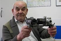 Jan Špinler se svým vynálezem.