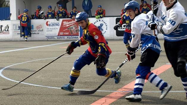 TŘIKRÁT dostali letohradští hokejbalisté míček za záda gólmana Kert Parku, bylo z toho tříbodové vítězství, což posunulo mužstvo do play off.