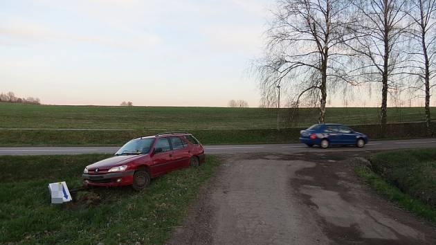 Dvacetiletý muž v sobotu 14. dubna v půl šesté odpoledne osobním autem značky Peugeot 306 na silnici II. třídy č. 360 v Ústí nad Orlicí srazil místní směrovku.
