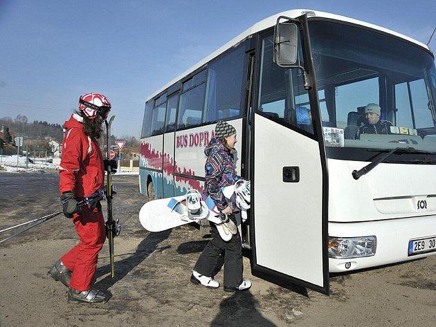 Na českotřebovský Peklák začal lyžaře a snowboardisty svážet skibus.
