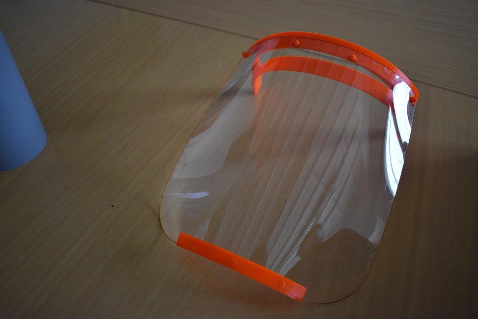 Škola se podílela také na výrobě ochranných štítů pro zdravotníky.