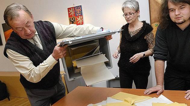 Po uzavření volebních místností začali členové komisí vysypávat urny a počítat hlasy.