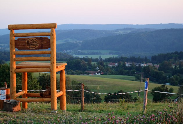 Dřevěná židle nad Mistrovicemi