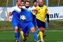 DO BOJE. Fotbalisté Lanškrouna (modré dresy) vstoupí do jarní části nedělním domácím zápasem proti Hornímu Jelení. Na podzim Lanškroun zvítězil 5:2.