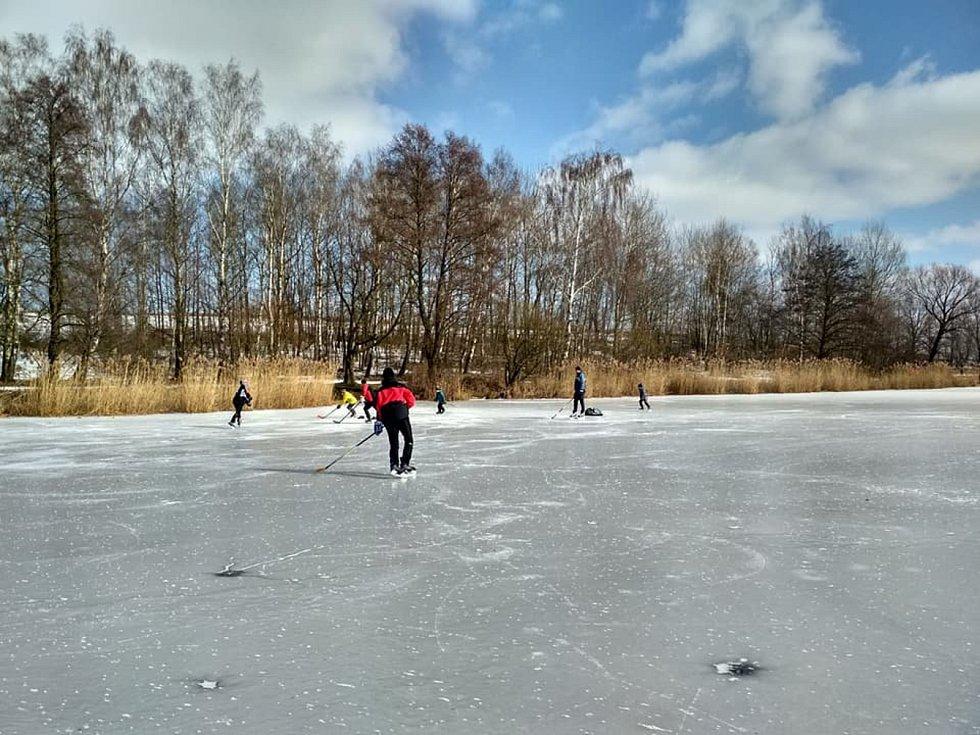 Na rybníku bruslí děti i dospělí v Udánkách u Moravské Třebové.