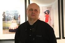 Autorská výstava fotografií Martina Sýkory byla ve středu zahájena v Malé scéně v Ústí nad Orlicí. Výstava věnovaná portrétní fotografií představuje několik desítek barevných i černobílých snímků autora, který je zároveň členem ústeckého Fotoklubu OKO. Ma