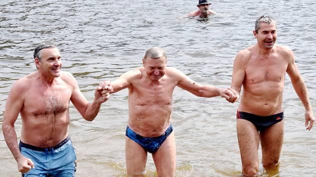 Herec Jan Čenský (vlevo) při odemykání pastvinské přehrady.