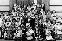 Na snímku je Jindřich Praveček st. se svými žákyněmi z 1. A  ve třebovské Obecná škole dívčí v Komenského ulici ve školním roce 1930 – 31.