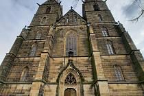 Kostel svatého Vavřince ve Vysokém Mýtě dnes v pravé poledne zvonil pro oběti pandemie.