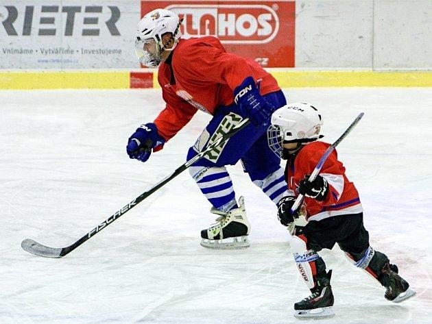 PO VÁNOCÍCH uspořádali Kohouti otevřený trénink, kterého se zúčastnil téměř kompletní kádr vedoucího týmu krajské ligy Pardubického kraje, dvacítka dětí zmládežnického hokejového oddílu Lokomotivy, několik krasobruslařek a pět desítek fanoušků.