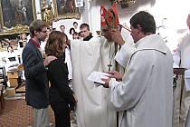 Biskup Josef Kajnek při biřmování v ústeckém kostele Nanebevzetí Panny Marie.