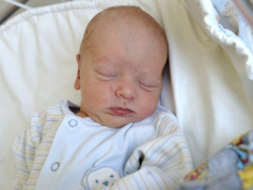 Šimon Ješina je po Ladislavovi druhým synem manželů Jitky a Ladislava ze Skořenic. Na svět si 15. června ve 3.23 přinesl 3,2 kg.
