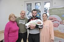 Adam Zachel je první radostí pro Helenu a Tomáše z Nekoře. Narodil se 15. 12. v 18.09 hodin a vážil 3,610 kg.