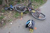 Opilý motorkář na cyklostezce najel do dvou cyklistů.