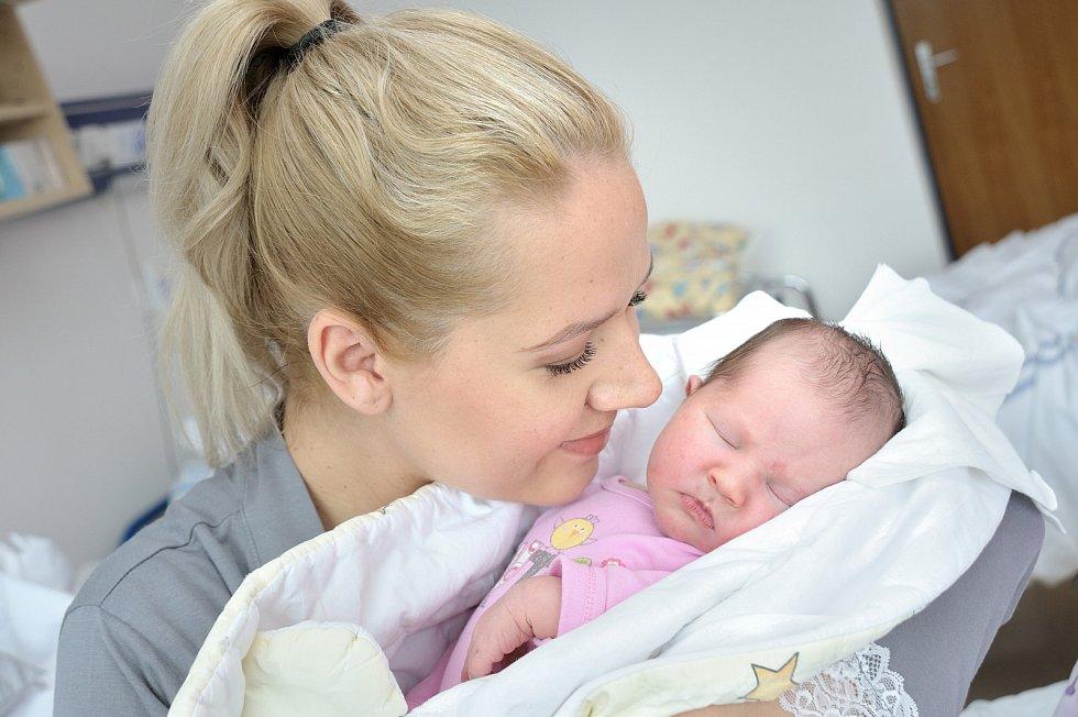 Ella Králová, tak pojmenovali dceru Michaela a Lumír z Ústí nad Orlicí. Když se 30. 4. v 13.53 hodin narodila, vážila 4100 g.