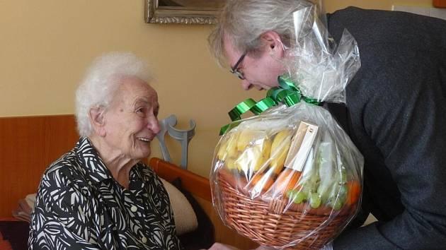 Vincencie Abrahamová oslavila 101. narozeniny. Gratuloval jí i starosta Jaroslav Zedník.