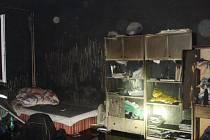 Následky požáru v bytě ve Vysokém Mýtě.
