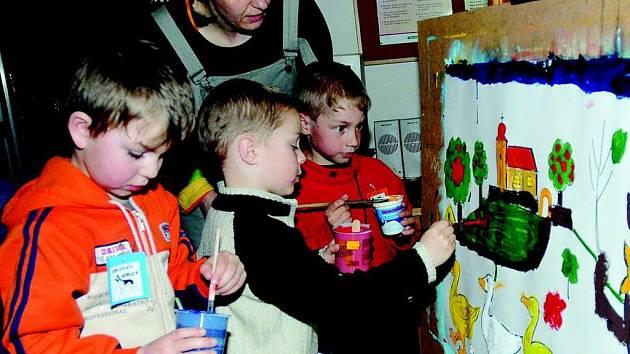 Jarmila Venzarová s dětmi v králické knihovně.