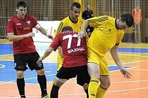 Vysokomýtský kapitán Pavel Formánek bojuje o míč s domácím Šplíchalem.